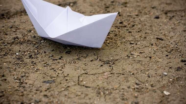 白い紙と土