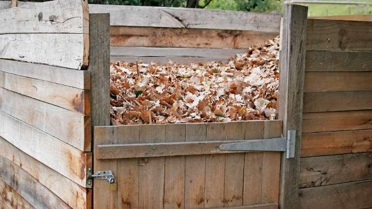 木枠で落ち葉堆肥